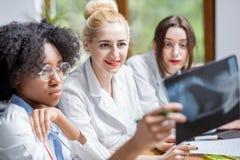 Grupo de estudiantes de medicina en la sala de clase foto de archivo libre de regalías