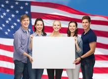 Grupo de estudiantes derechos con el tablero blanco en blanco Fotos de archivo