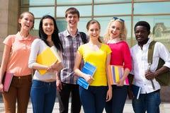 Grupo de estudiantes diversos afuera Imagen de archivo libre de regalías