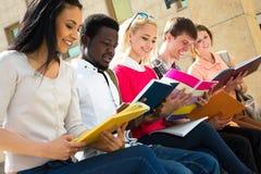 Grupo de estudiantes diversos afuera Imagenes de archivo