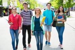 Grupo de estudiantes diversos afuera Imágenes de archivo libres de regalías