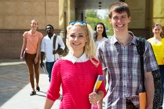 Grupo de estudiantes diversos que caminan junto imagen de archivo libre de regalías