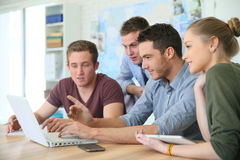 Grupo de estudiantes durante el entrenamiento del negocio Foto de archivo