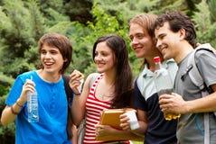 Grupo de estudiantes durante una hora de la almuerzo Fotografía de archivo libre de regalías