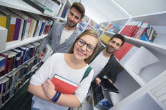 Grupo de estudiantes en biblioteca escolar foto de archivo libre de regalías