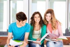 Grupo de estudiantes en campus foto de archivo