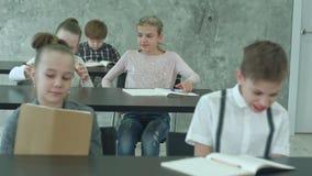 Grupo de estudiantes en clase durante rotura metrajes