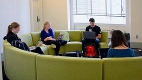 Grupo de estudiantes en el campus de Massachusetts Institute of Technology (MIT), Boston, los E.E.U.U., metrajes