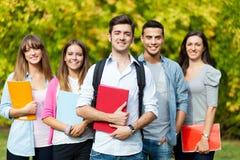 Grupo de estudiantes en el parque Foto de archivo