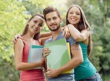 Grupo de estudiantes en el parque Imágenes de archivo libres de regalías