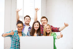 Grupo de estudiantes en la escuela con el tablero en blanco Imagen de archivo libre de regalías