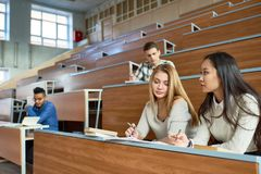 Grupo de estudiantes en la universidad Foto de archivo