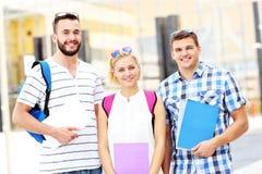 Grupo de estudiantes en la universidad Foto de archivo libre de regalías