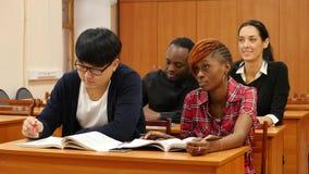 Grupo de estudiantes en la universidad almacen de metraje de vídeo