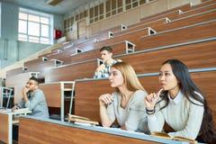 Grupo de estudiantes en sala de conferencias imagen de archivo libre de regalías