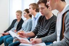 Grupo de estudiantes en sala de clase Foto de archivo libre de regalías