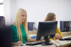 Grupo de estudiantes en sala de clase del laboratorio del ordenador fotos de archivo