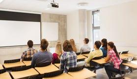 Grupo de estudiantes en sala de conferencias Foto de archivo libre de regalías