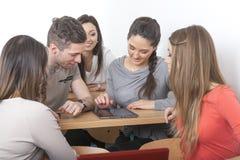 Grupo de estudiantes en sala de conferencias Foto de archivo