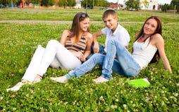 Grupo de estudiantes en un claro en prado Fotografía de archivo