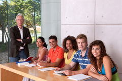 Grupo de estudiantes felices Foto de archivo libre de regalías