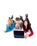 Grupo de estudiantes felices con la computadora portátil Imágenes de archivo libres de regalías