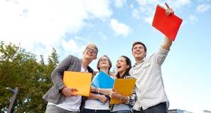 Grupo de estudiantes felices con las carpetas al aire libre fotografía de archivo libre de regalías