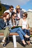Grupo de estudiantes felices con los cuadernos en el campus Imagenes de archivo