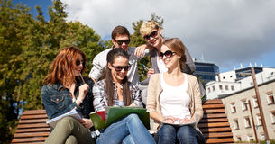 Grupo de estudiantes felices con los cuadernos en el campus Foto de archivo