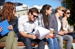 Grupo de estudiantes felices con los cuadernos y el café Imagen de archivo