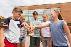 Grupo de estudiantes felices de la escuela primaria Foto de archivo libre de regalías
