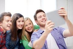 Grupo de estudiantes felices de la High School secundaria con PC de la tableta Imágenes de archivo libres de regalías