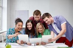 Grupo de estudiantes felices de la High School secundaria con PC de la tableta Fotografía de archivo libre de regalías