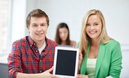 Grupo de estudiantes felices de la High School secundaria con PC de la tableta Imagen de archivo libre de regalías