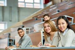 Grupo de estudiantes felices en universidad foto de archivo