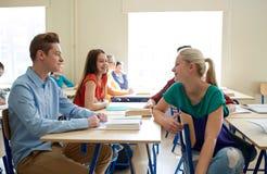 Grupo de estudiantes felices que hablan en la rotura de la escuela Imagen de archivo