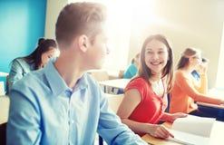 Grupo de estudiantes felices que hablan en la rotura de la escuela Fotografía de archivo