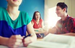 Grupo de estudiantes felices que hablan en la rotura de la escuela Fotografía de archivo libre de regalías