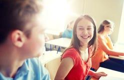 Grupo de estudiantes felices que hablan en la rotura de la escuela Foto de archivo