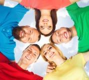 Grupo de estudiantes felices que permanecen junto Educación, universidad: Imagen de archivo