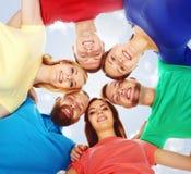 Grupo de estudiantes felices que permanecen junto Educación, universidad: Imagen de archivo libre de regalías