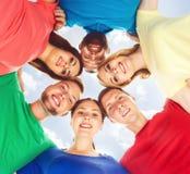 Grupo de estudiantes felices que permanecen junto Educación, universidad: Imagenes de archivo