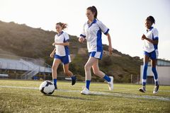 Grupo de estudiantes femeninos de la High School secundaria que juegan en equipo de fútbol fotografía de archivo