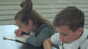 Grupo de estudiantes hispánicos en clase en la escuela durante la lección almacen de video