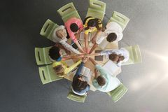 Grupo de estudiantes internacionales con las manos en el top Imagen de archivo