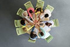 Grupo de estudiantes internacionales con las manos en el top Fotografía de archivo