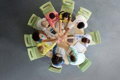 Grupo de estudiantes internacionales con las manos en el top Fotografía de archivo libre de regalías