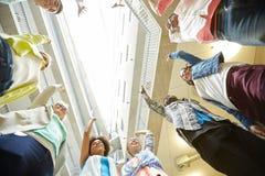 Grupo de estudiantes internacionales con las manos para arriba Imágenes de archivo libres de regalías