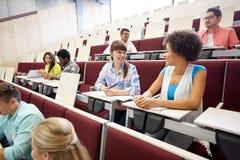 Grupo de estudiantes internacionales que hablan en conferencia imagenes de archivo