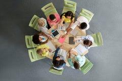 Grupo de estudiantes internacionales que hacen el alto cinco Fotografía de archivo libre de regalías